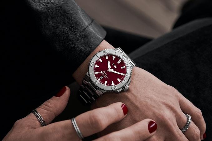Oris75 Wrist 001 - Khám phá đồng hồ Oris Aquis Date 'Cherry' 41,5mm